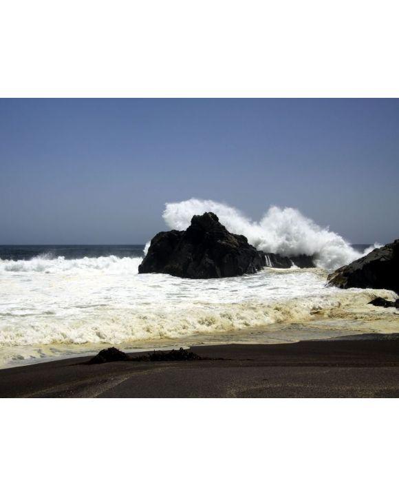 Lais Puzzle - Kraftvolle Wellen, die auf einem Felsen zusammenstoßen und Wasser in der Luft am entfernten schwarzen Lavasandstrand an der Pazifikküste spritzen - Cobquecura Piedra De La Loberia, Chile  - 100, 200, 500, 1.000 & 2.000 Teile