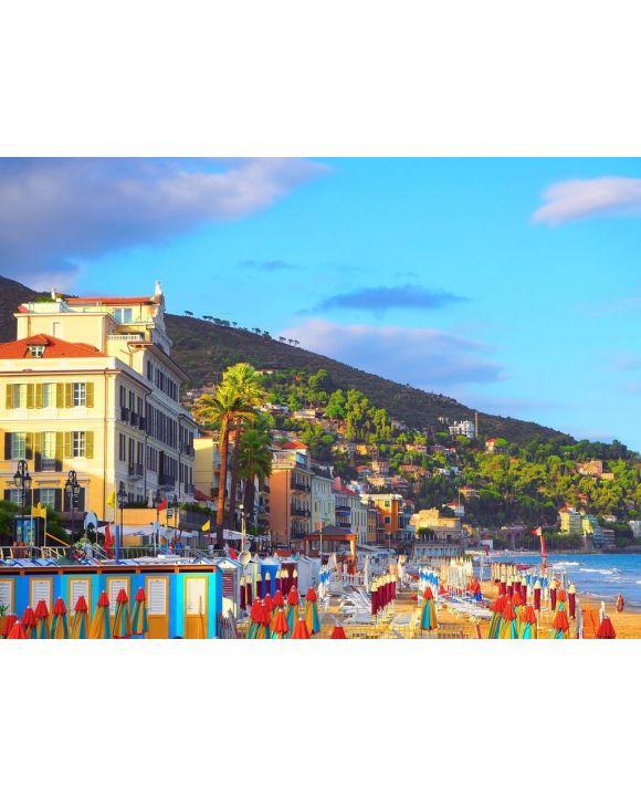 Lais Puzzle - Mehrfarbige Sonnenschirme am Strand in Alassio, Provinz Savona, Region Sanremo, Italien. Stadt bei Sonnenuntergang - 100, 200, 500, 1.000 & 2.000 Teile