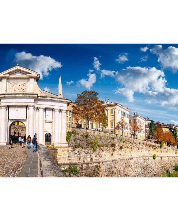 """Lais Puzzle - Panoramablick auf """"Porta San Giacomo"""" in der Altstadt von Bergamo an einem sonnigen Tag - 100, 200, 500, 1.000 & 2.000 Teile"""