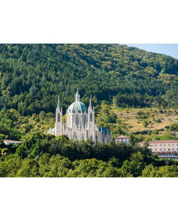 Lais Puzzle - Die Basilica santuario di Maria Santissima Addolorata ist ein modernes Heiligtum im Matese-Park in der Nähe von Isernia. - 500 & 1.000 Teile