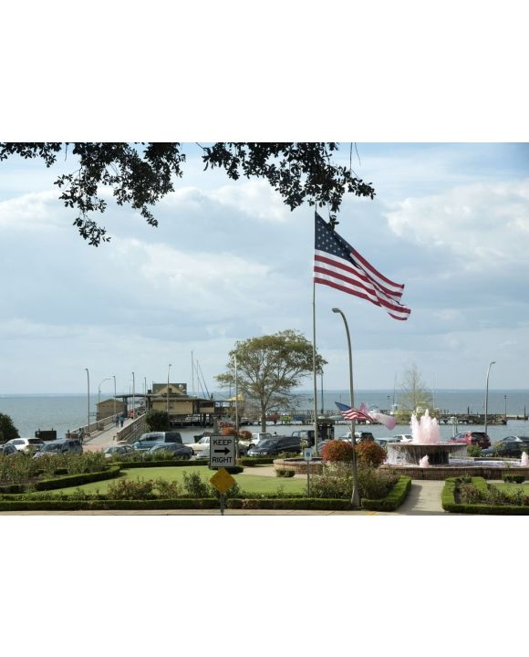 Lais Puzzle - Fairhope Pier an der Mobile Bay in Baldwin County Alabama USA. Ein Brunnen, der das Krebsbewusstsein unterstützt, sprudelt rosa Wasser - 500 & 1.000 Teile