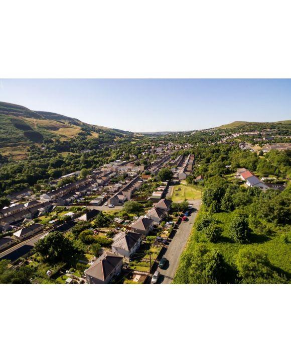 Lais Puzzle - Luftaufnahme von Häusern im walisischen Tal von Blaenau Gwent aus der Vogelperspektive - 500 & 1.000 Teile