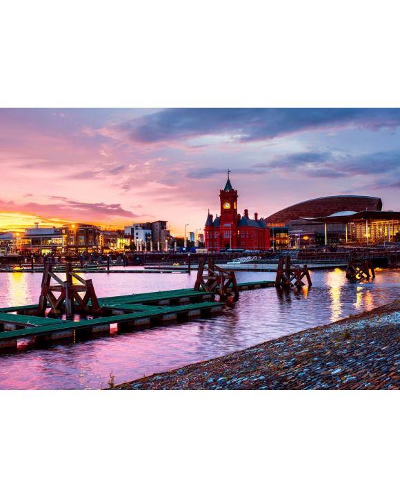 Lais Puzzle - Nächtliche Waterfront in Cardiff, Vereinigtes Königreich. Farbenfroher Sonnenuntergang mit Wales Millennium Center - 500 & 1.000 Teile