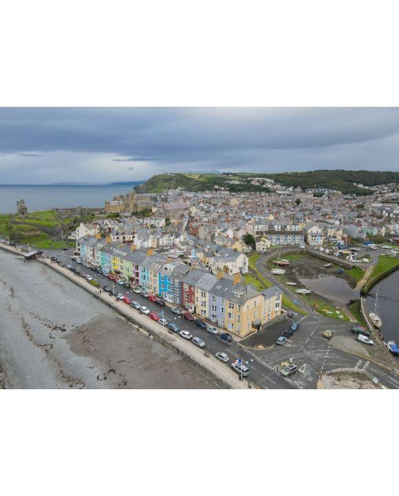 Lais Puzzle - Bunte Häuser an der südlichen Strandpromenade, Aberystwyth, Ceredigion, Wales, Großbritannien. Atemberaubende Küstenaussichten dieser Küstenstadt an einem bewölkten Tag - 500 & 1.000 Teile