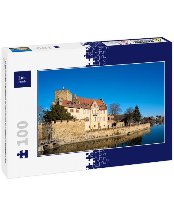 Lais Puzzle - Die historische Wasserburg in Flechtingen von einem Wanderweg aus gesehen - 100 Teile