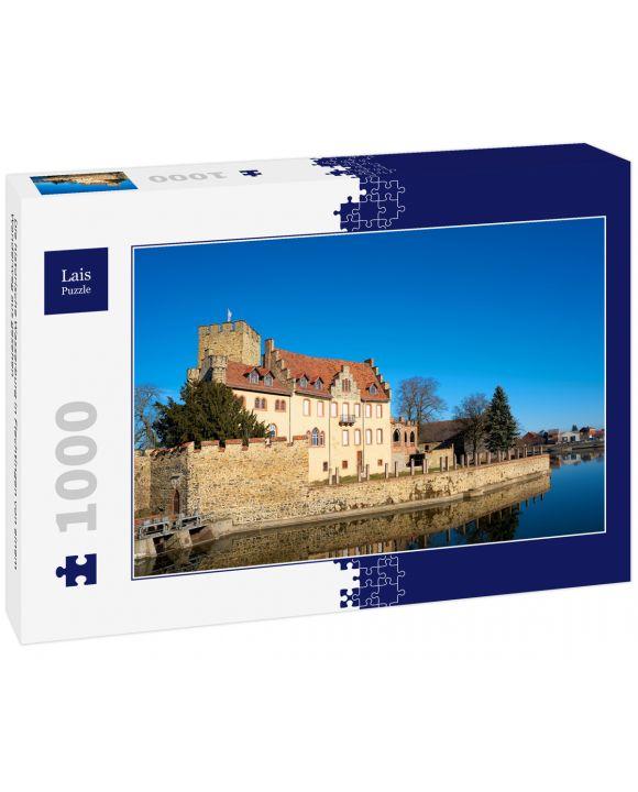 Lais Puzzle - Die historische Wasserburg in Flechtingen von einem Wanderweg aus gesehen - 1.000 Teile