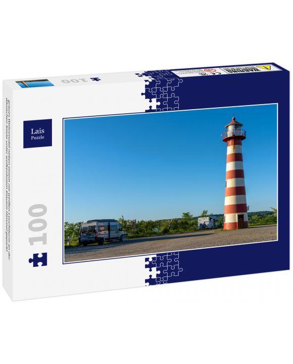 Lais Puzzle - graues Wohnmobil neben einem rot-weißen Leuchtturm an der dänischen Küste unter wolkenlosem blauem Himmel geparkt - 100 Teile