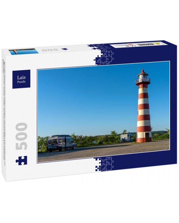 Lais Puzzle - graues Wohnmobil neben einem rot-weißen Leuchtturm an der dänischen Küste unter wolkenlosem blauem Himmel geparkt - 500 Teile