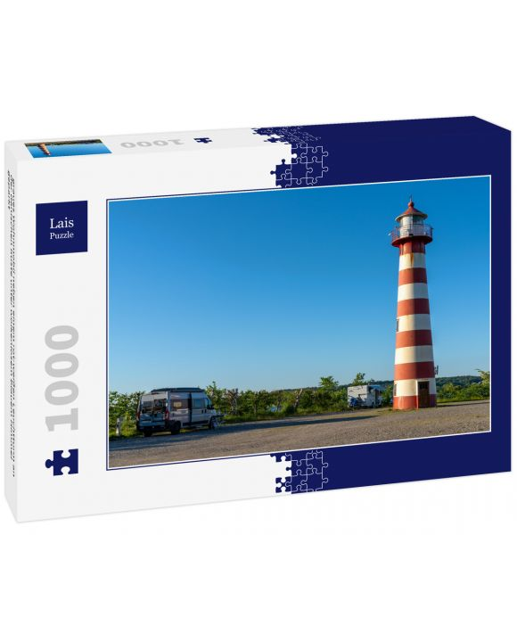Lais Puzzle - graues Wohnmobil neben einem rot-weißen Leuchtturm an der dänischen Küste unter wolkenlosem blauem Himmel geparkt - 1.000 Teile